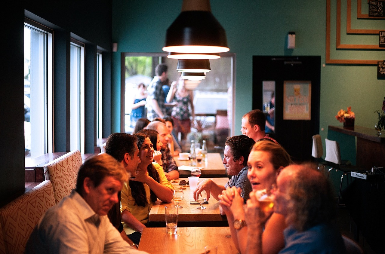 אנשים אוכלים במסעדה