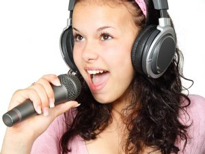 ילדה שרה