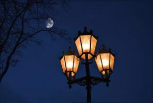עמוד עם מנורות