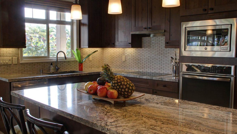 איך לבחור משטח שיש דקורטיבי ויעיל למטבח